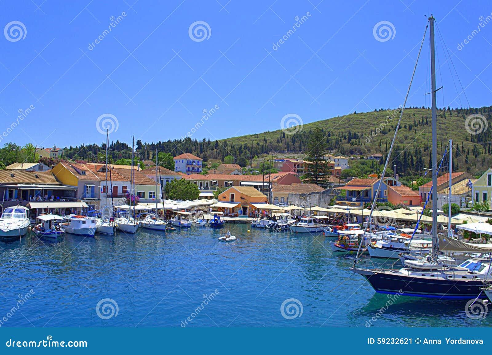 Opinión hermosa del puerto de Fiskardo, Grecia