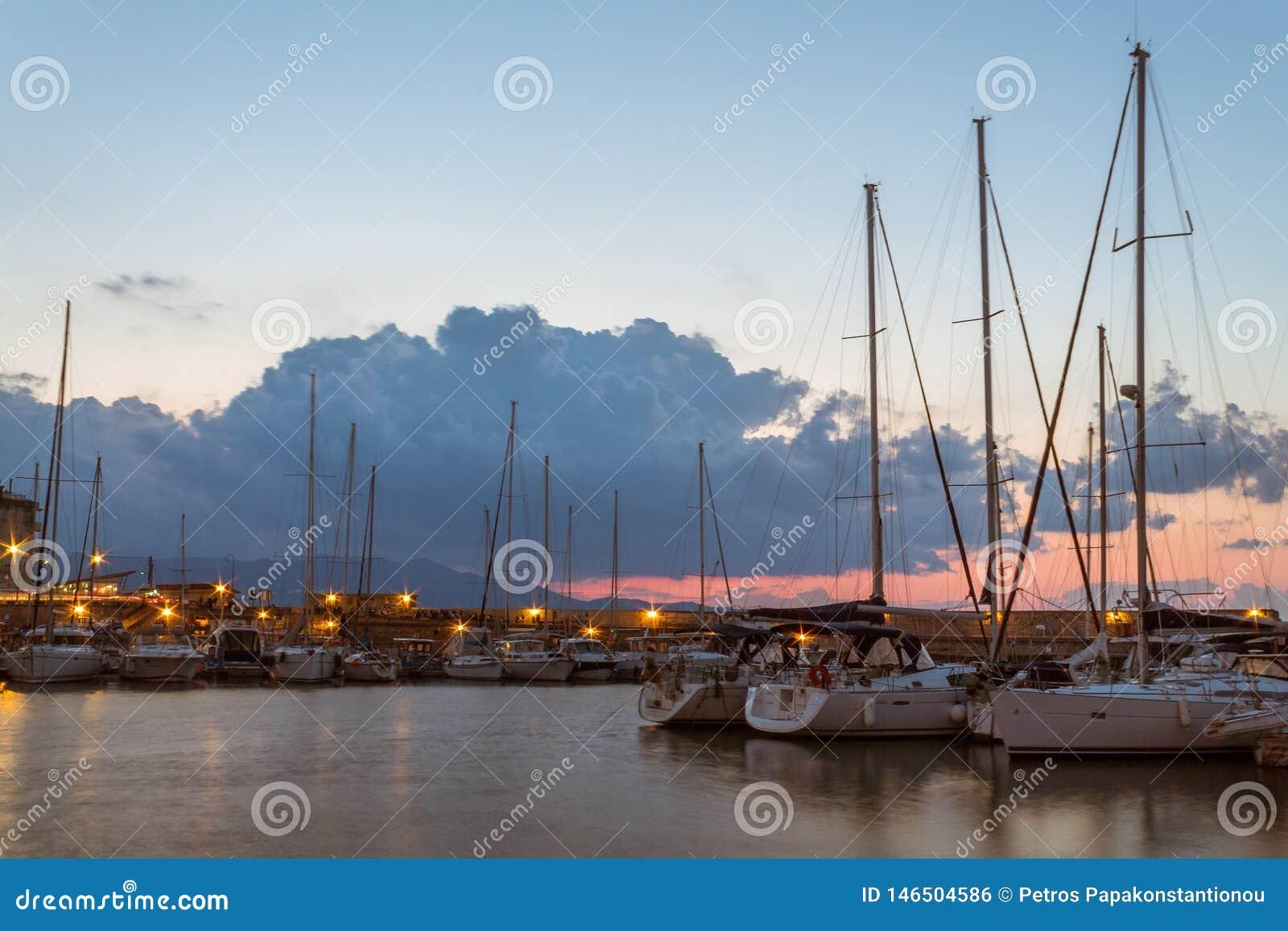 Opini?n larga de la exposici?n del puerto viejo griego viejo en Creta