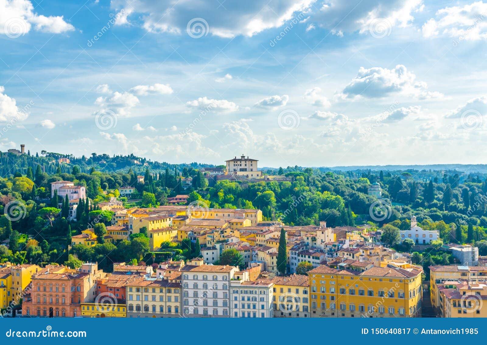 Opinión panorámica aérea superior Forte di Belvedere y colinas verdes del pueblo de Arcetri, fila de edificios, Florencia, Italia