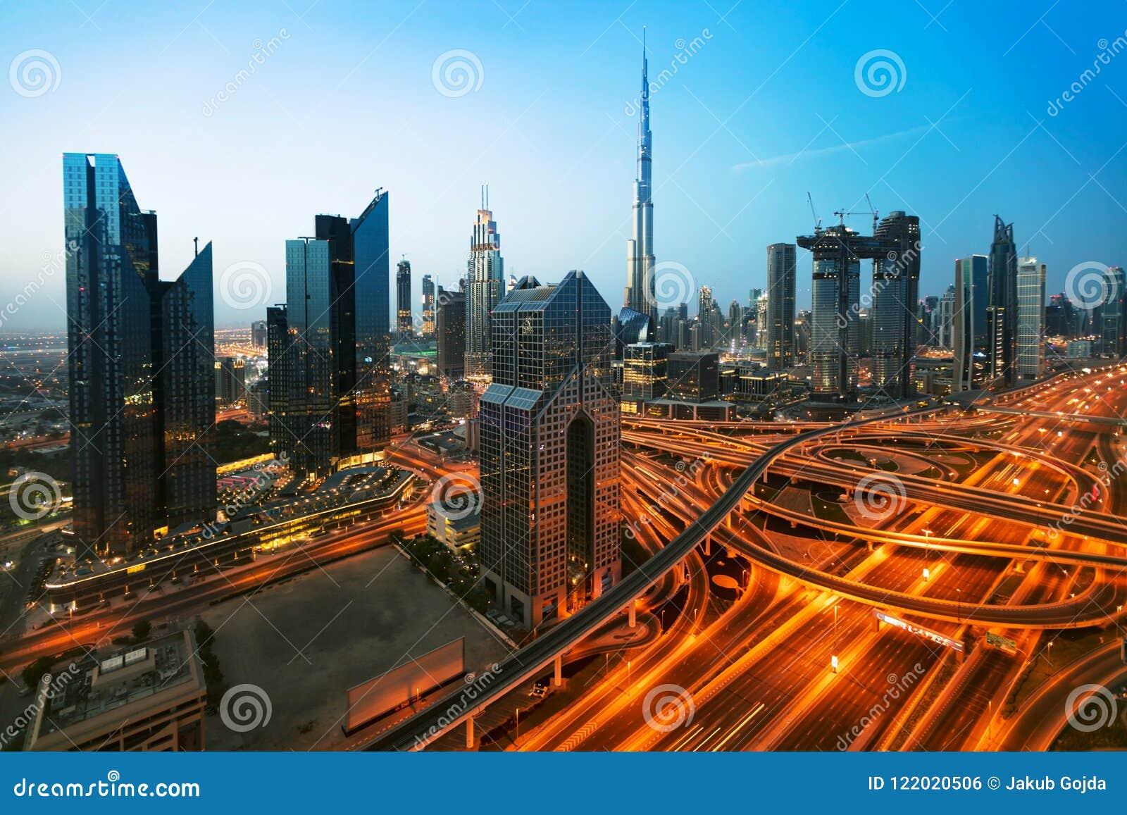 Opinión panorámica de la puesta del sol de Dubai del centro de la ciudad