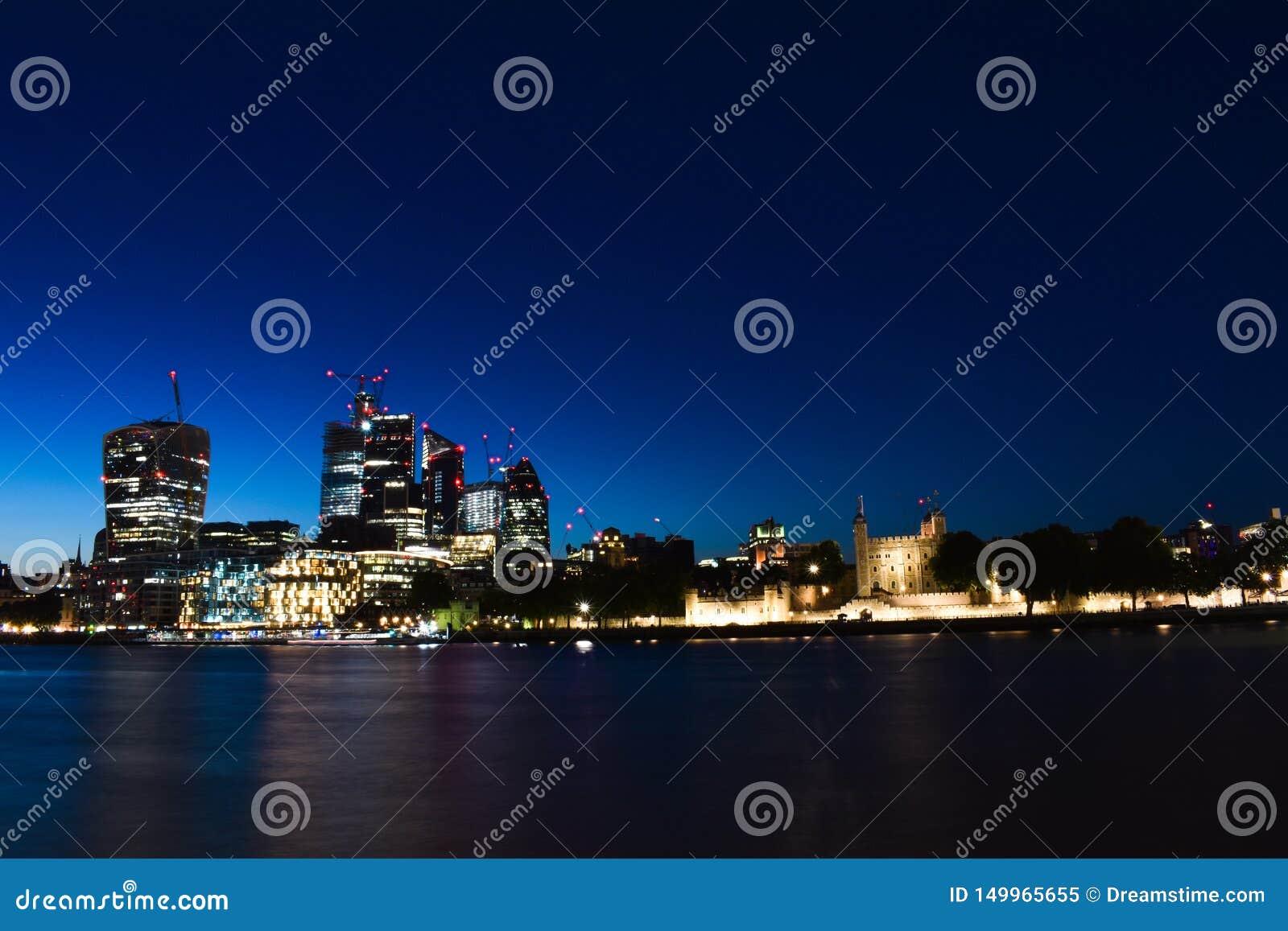 Opinión panorámica del horizonte del banco y de Canary Wharf, los distritos financieros principales de Londres central con los ra