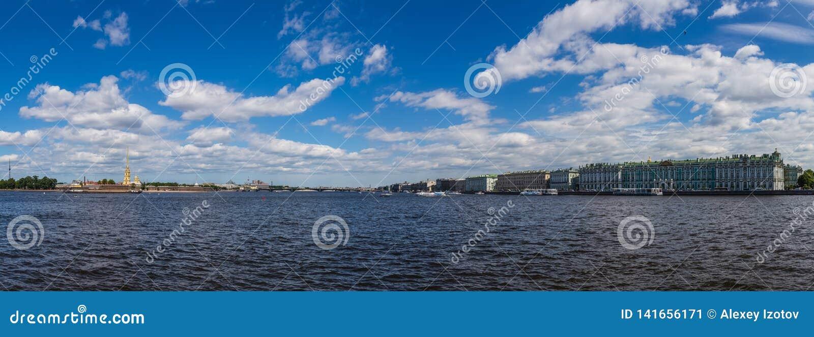 Opinión panorámica Neva River, Peter y Paul Fortress y el palacio del invierno St Petersburg Rusia