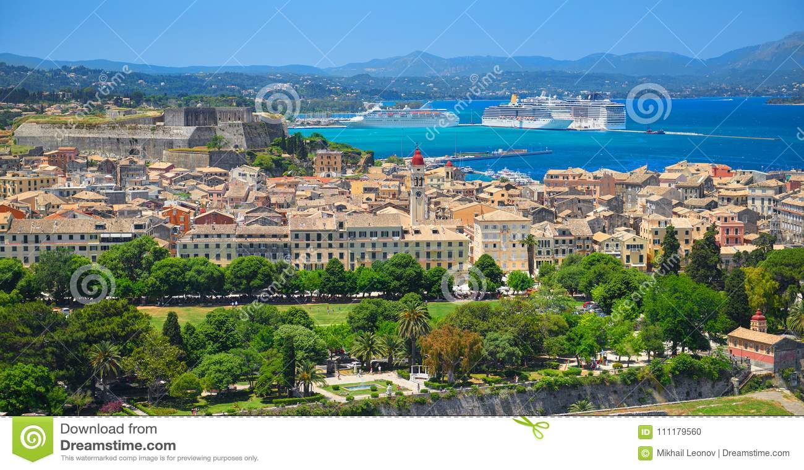 Opinión panorámica sobre la arquitectura de las construcciones de viviendas del Griego clásico de la isla Kerkyra capital, nave b