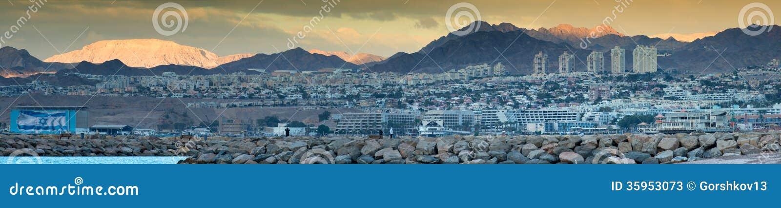 Opinión panorámica sobre la ciudad de Eilat y el golfo de Aqaba en el amanecer
