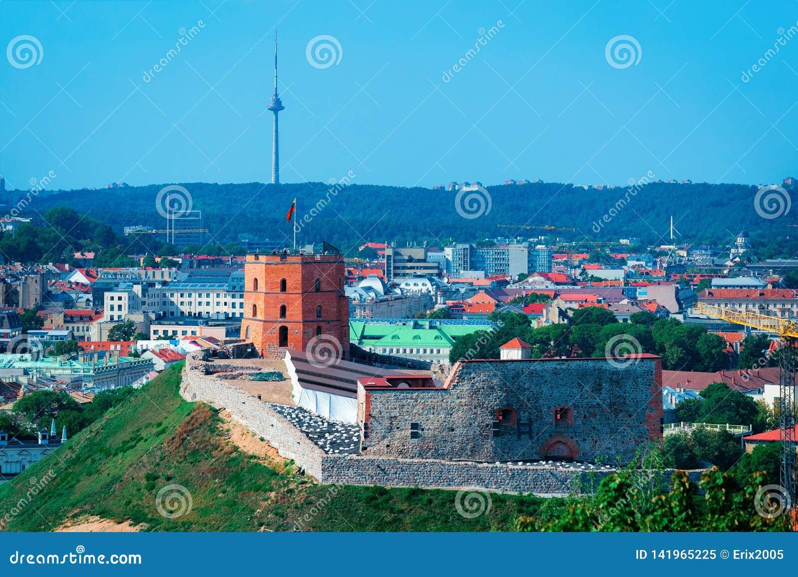 Opinión panorámica sobre torre del castillo de Gediminas en Vilna en Lituania