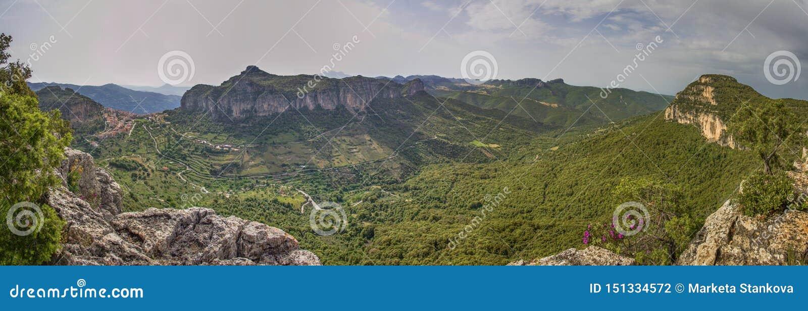 Opinión panoramatic de Cerdeña Ulassai