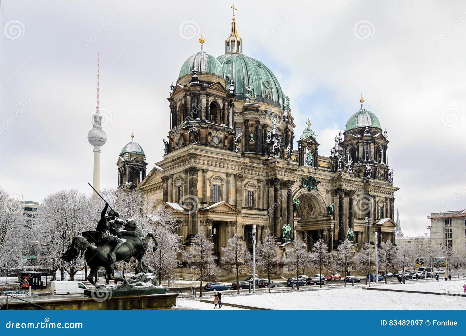 Opinión sobre Berlin Dom de la estatua del museo viejo