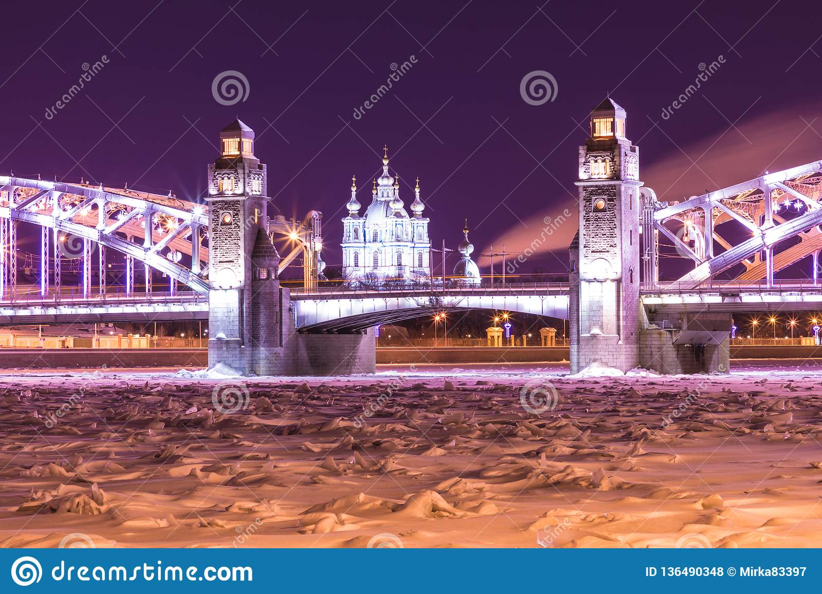 Opinión sobre el Bolsheokhtinsky o el Peter el gran puente a través de Neva River y catedral de Smolny en St Petersburg, Rusia