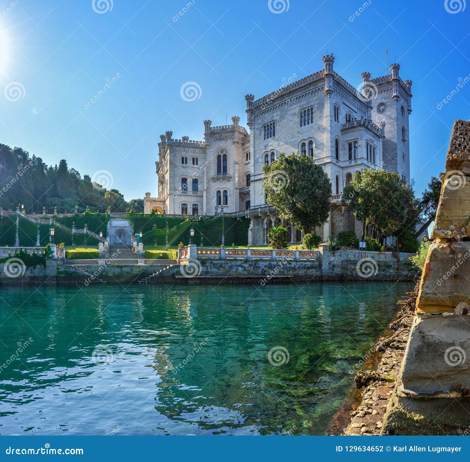 Opinión sobre el castillo de Miramare en el golfo de Trieste