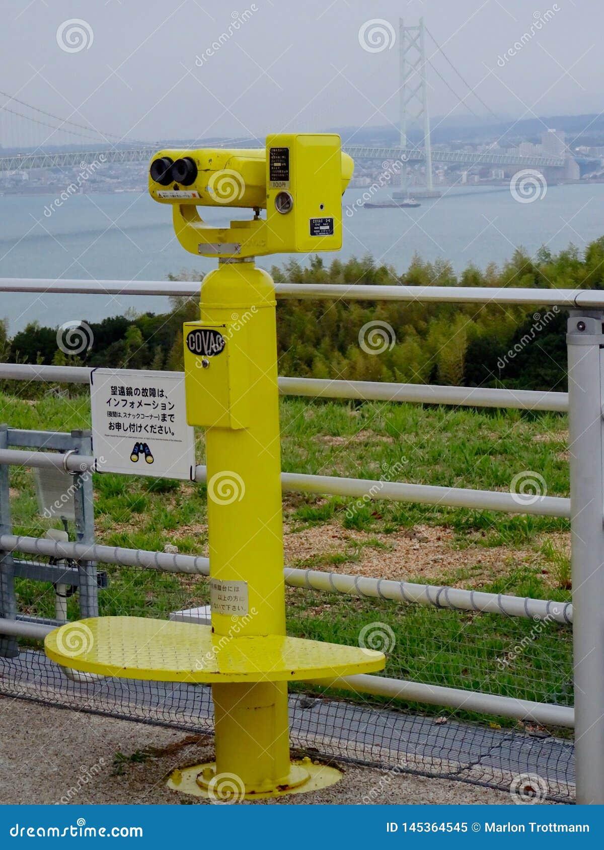Opinión sobre el puente binocular y de Akashi turístico japonés amarillo Kaikyo