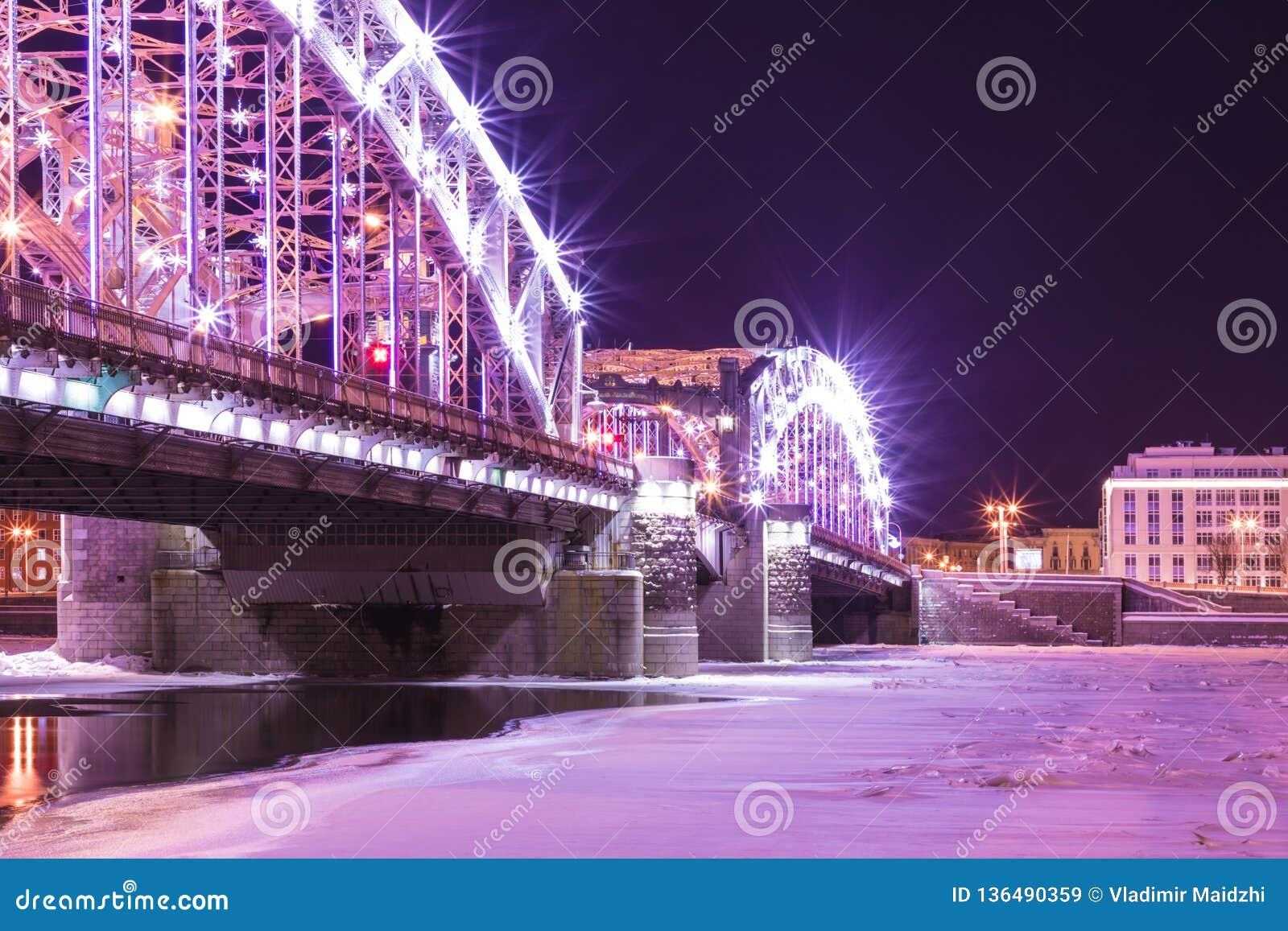 Opinión sobre el puente de Bolsheokhtinsky a través de Neva River en St Petersburg, Rusia en th