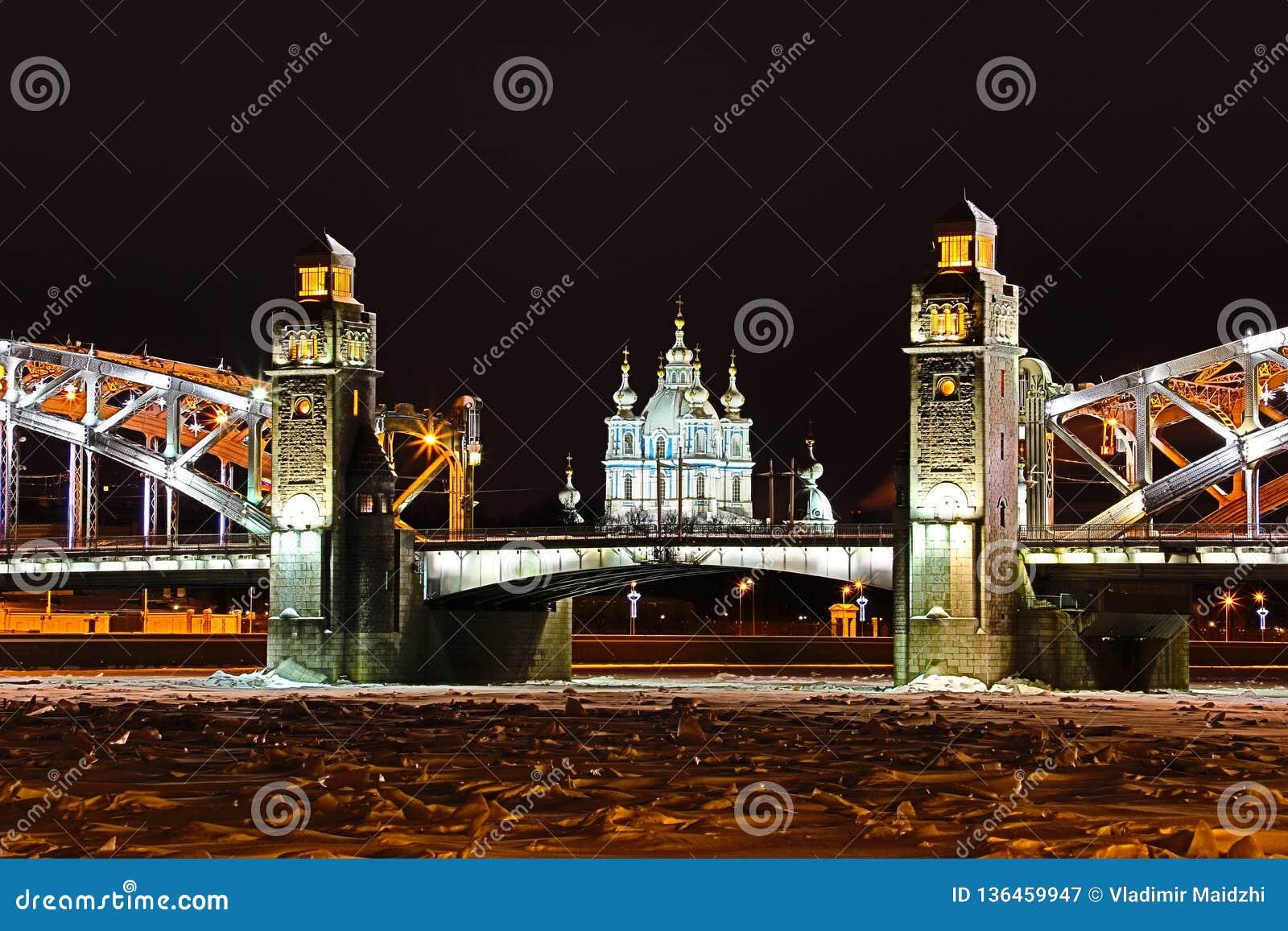 Opinión sobre el puente de Bolsheokhtinsky a través de Neva River y la catedral de Smolny en St Petersburg, Rusia en th