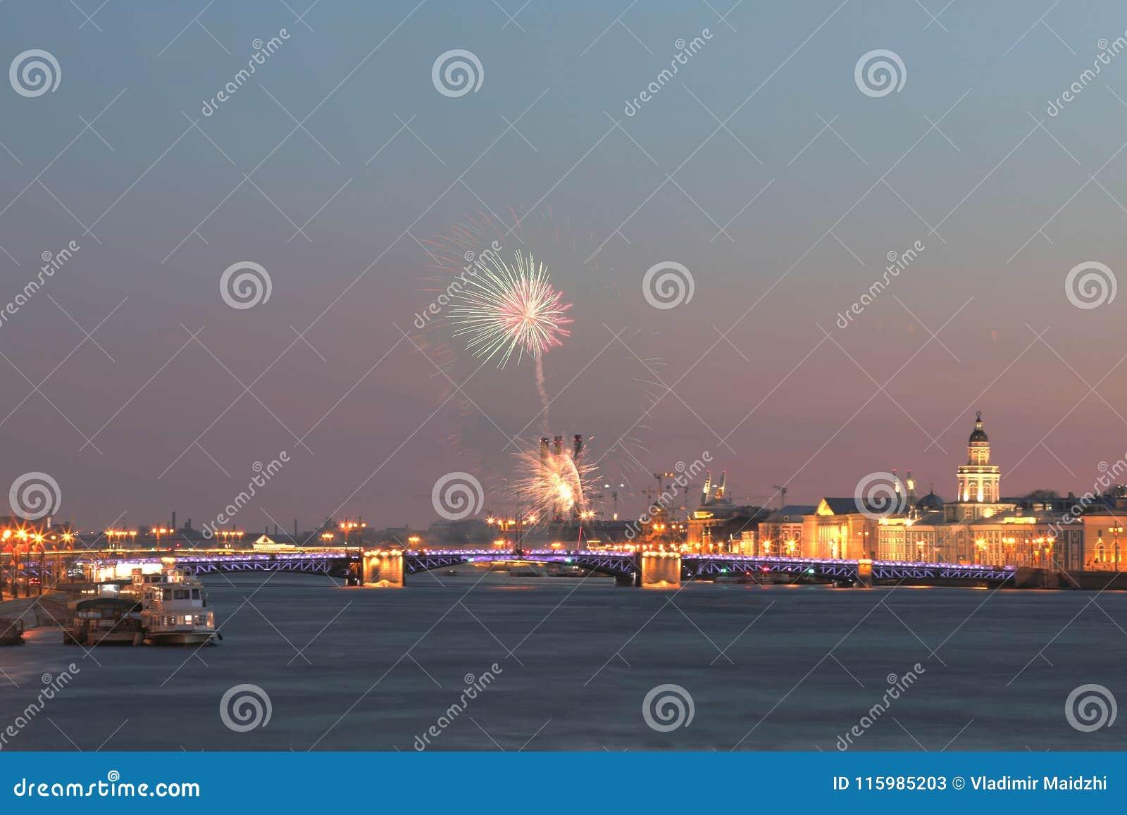 Opinión sobre el puente del palacio en los rayos de la puesta del sol entre el cuadrado del palacio y la isla de Vasilievsky