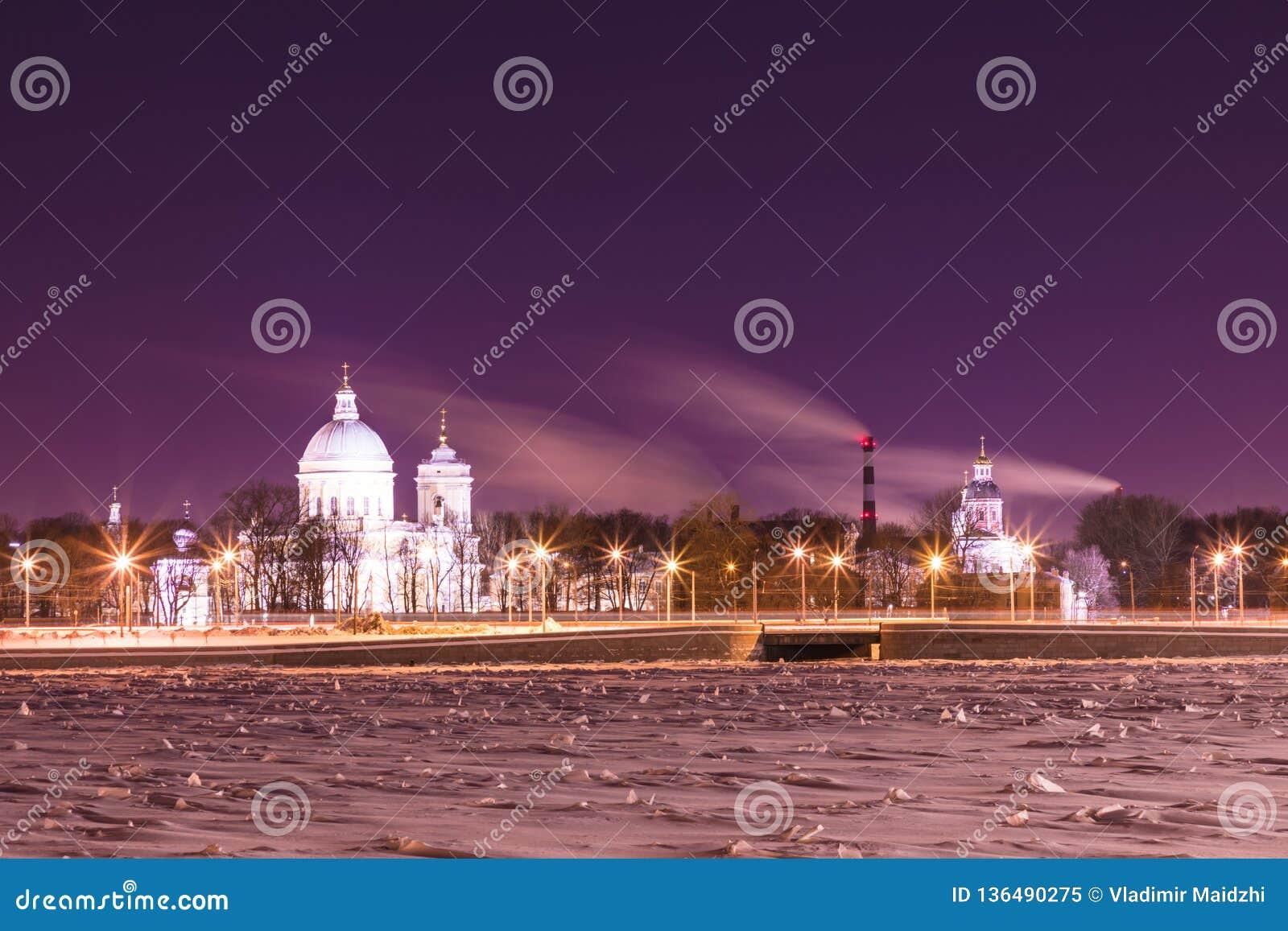 Opinión sobre el santo Alexander Nevsky Lavra en St Petersburg, Rusia en la noche del invierno