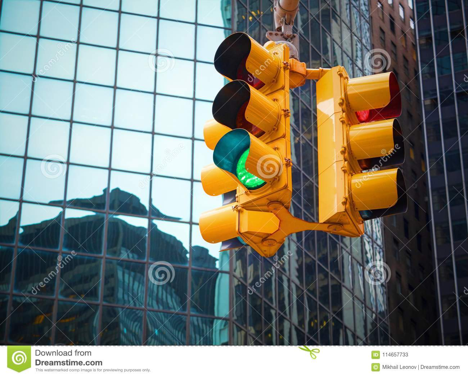 Opinión sobre el semáforo del amarillo de Wall Street con la guía blanco y negro del indicador Semáforo verde al dólar del dinero