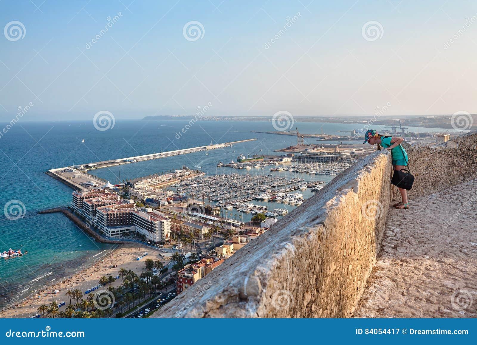 Opinión sobre la ciudad y el puerto viejos de Alicante del castillo Santa Barbara, verano España
