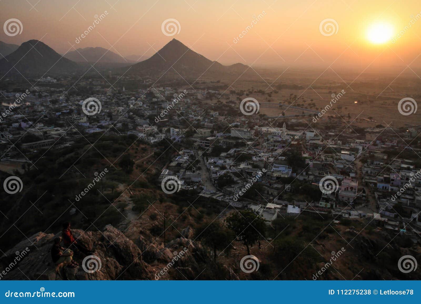 Opinión sobre Pushkar y las colinas de Aravalli de Pap Mochani Gayatri Temple, Rajasthán, la India