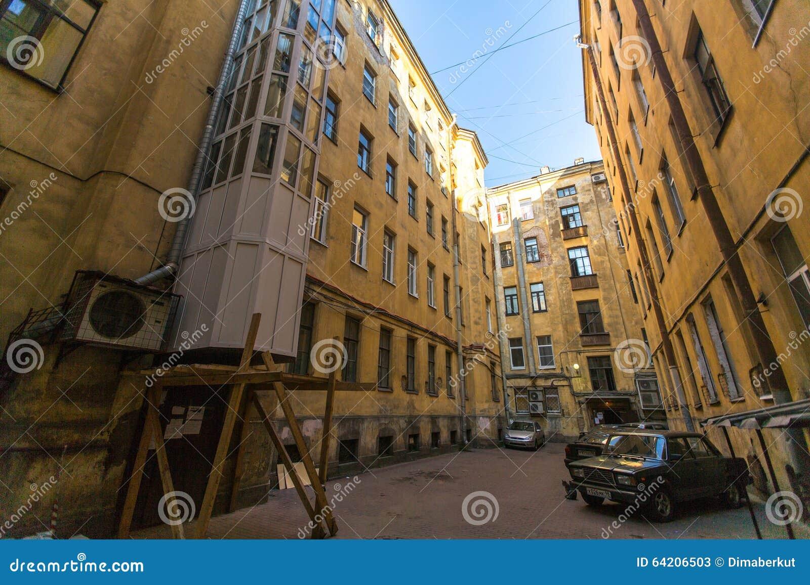 Opinión sobre una yarda-bien típica en el distrito viejo de la ciudad St Petersburg fue fundado en 16 (27) puede 1703 de Peter I
