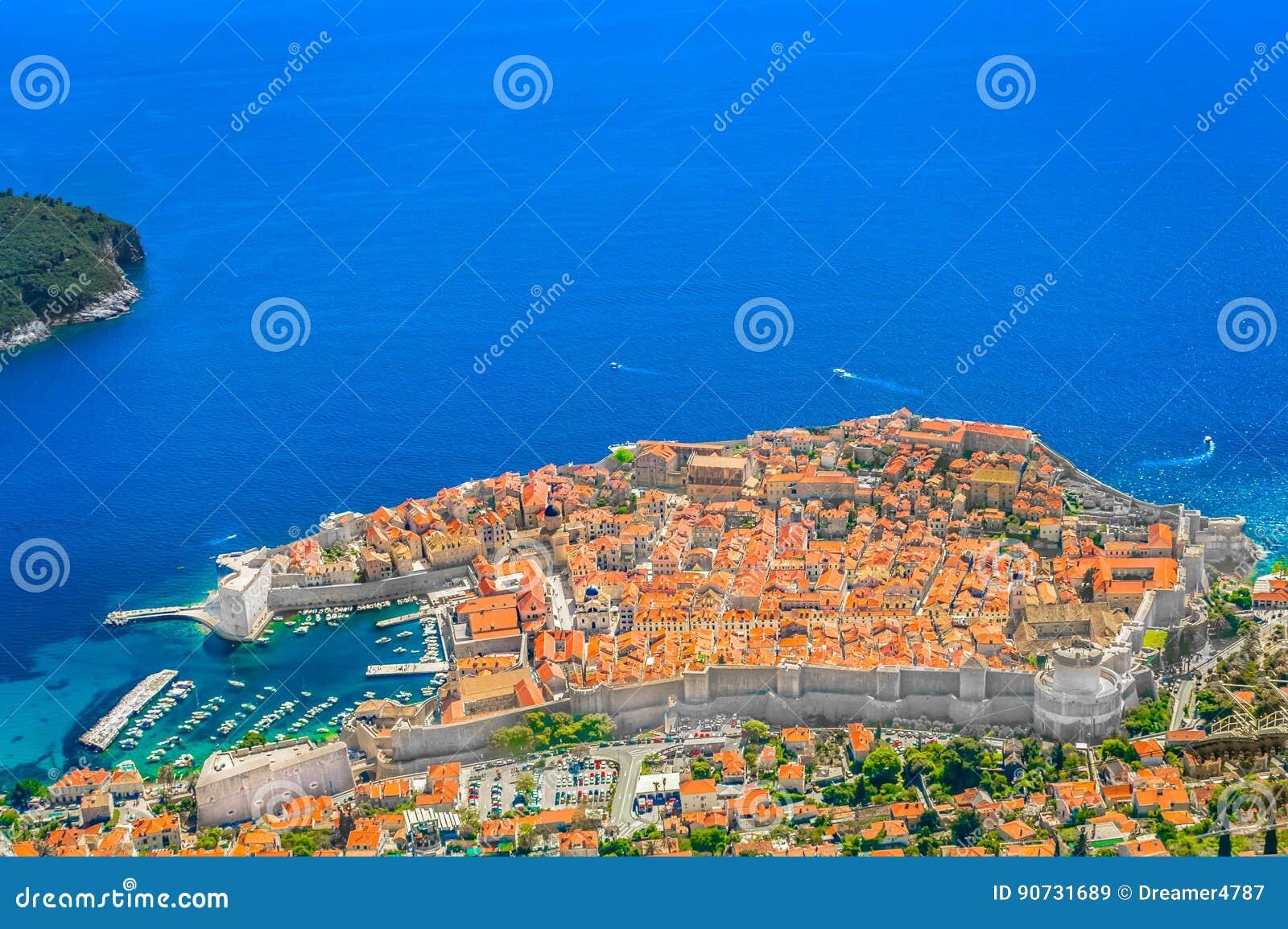 Opinión soleada aérea sobre la ciudad de Dubrovnik, Europa