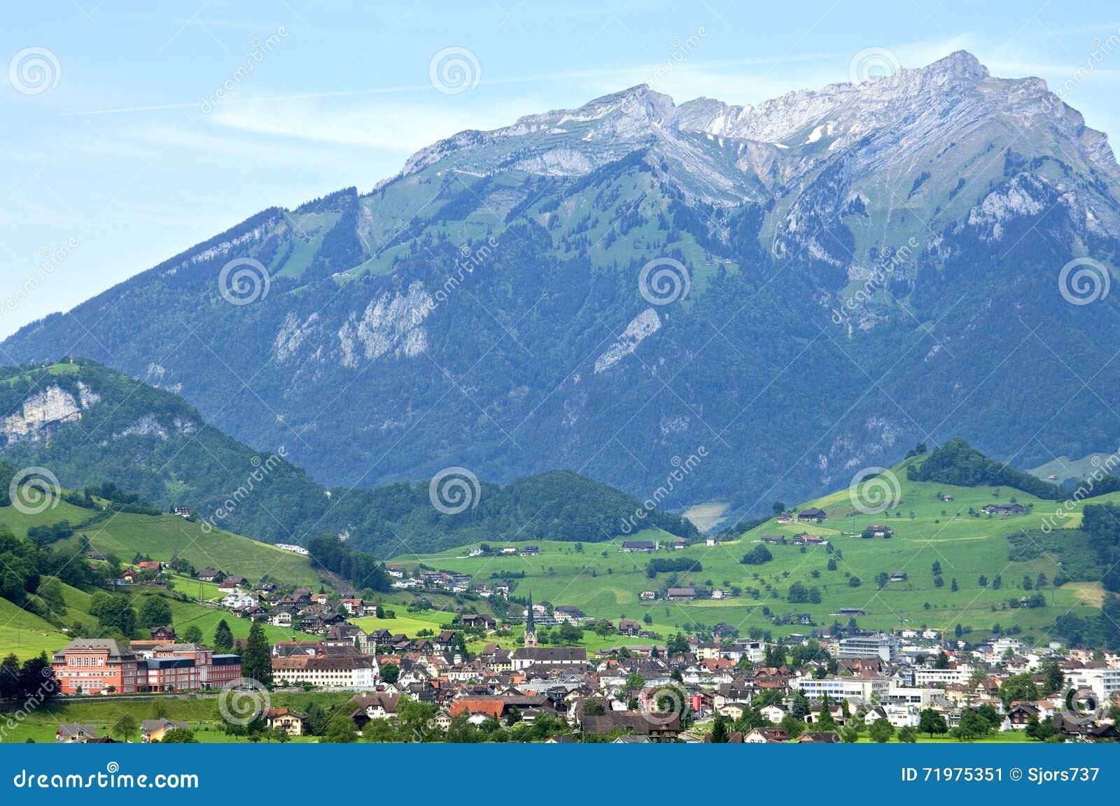 Opinión suiza del pueblo de Stans con la montaña Stanserhorn