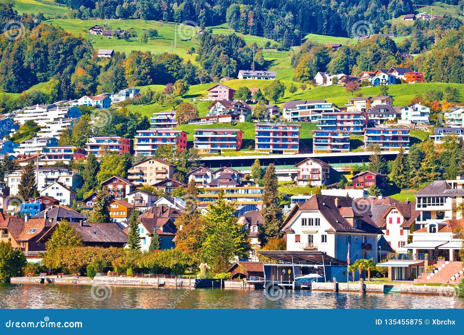 Opinión suiza moderna de la costa del pueblo de la orilla del lago