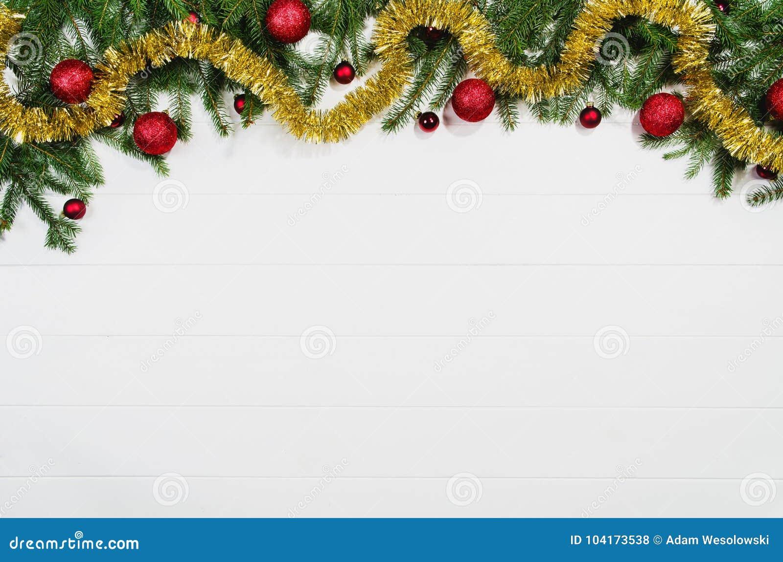 Opinión superior del marco del fondo de la Navidad sobre blanco con el espacio de la copia