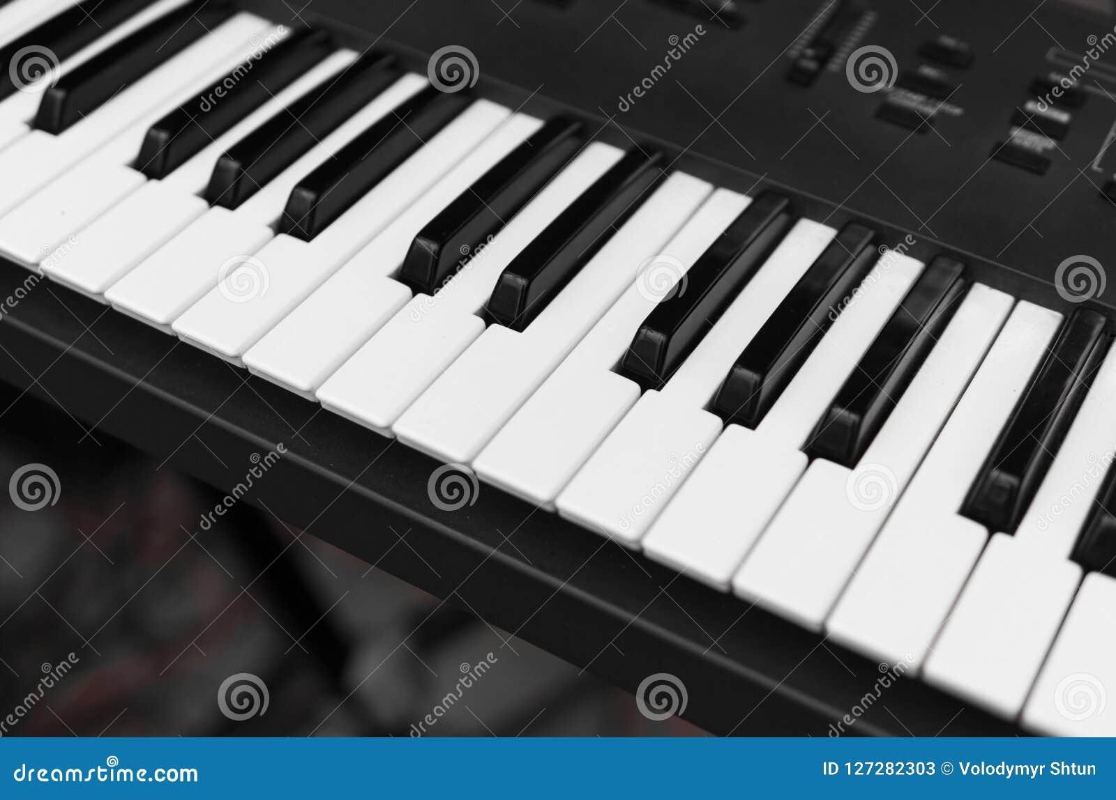 Opinión superior del tablero dominante del piano del sintetizador Teclado electrónico profesional de Midi con llaves blancos y ne