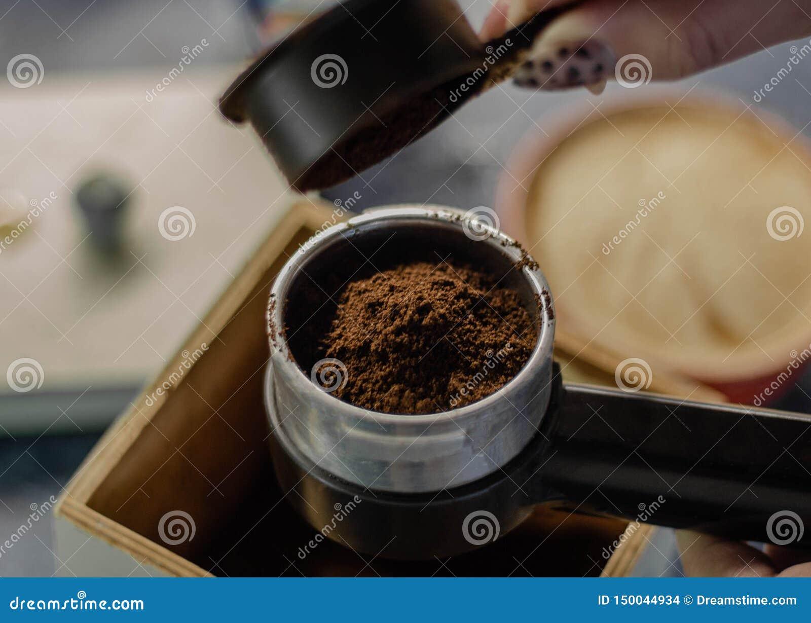 Opinión superior sobre la preparación del café molido fresco en un fabricante de café