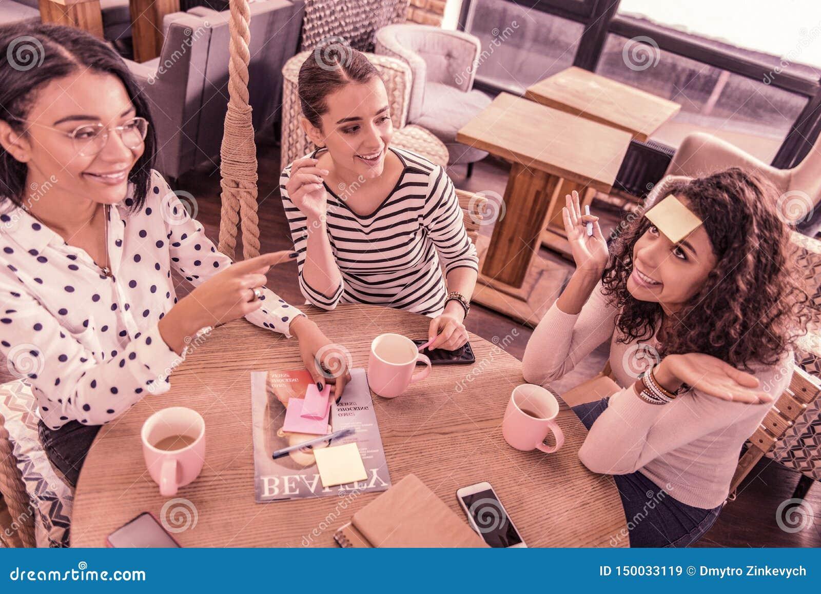 Opinión superior tres freelancers jovenes que se encuentran el fin de semana y que juegan charadas