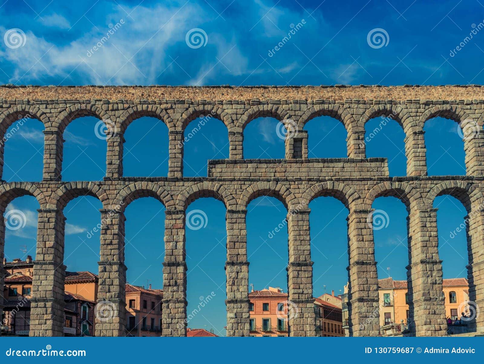 Opinión trasera de la pared de Segovia Aquaduct