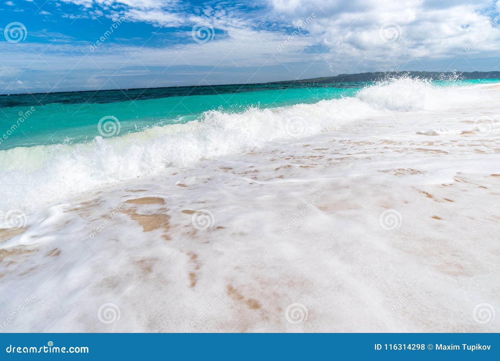 Opinión tropical del fondo de la isla de Boracay en la playa de Puka