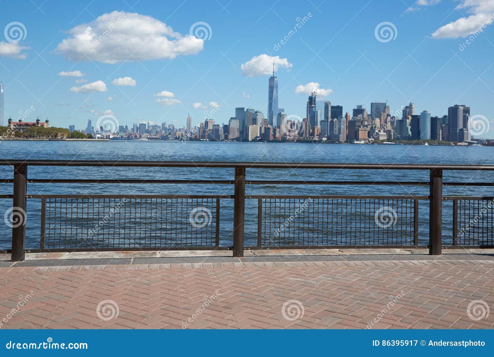 Opinión Y Ellis Island Del Horizonte De New York City De La