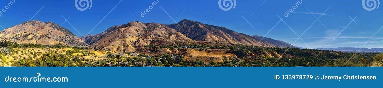 Opiniões da paisagem de Logan Valley que incluem montanhas de Wellsville, Nibley, Hyrum, providência e cidades da divisão da facu