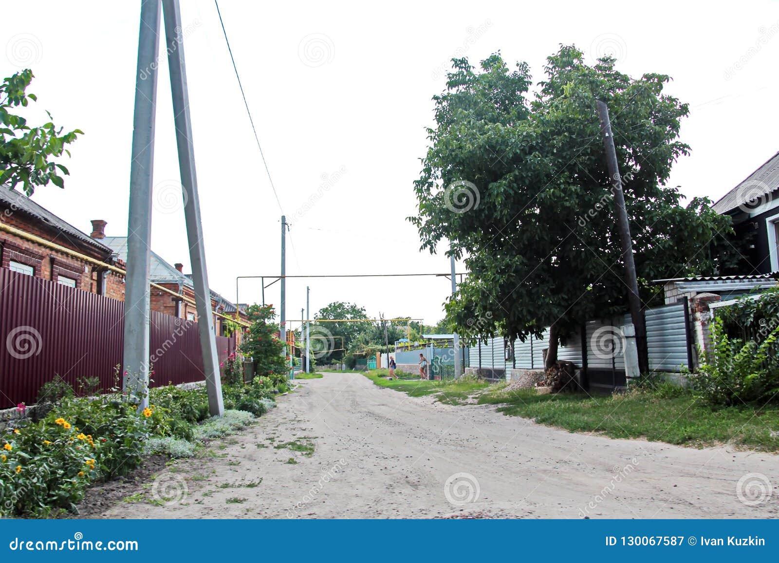 Opiniões da paisagem da natureza, dos campos, das vilas e das estradas de Ucrânia Vista da janela de carro ao conduzir