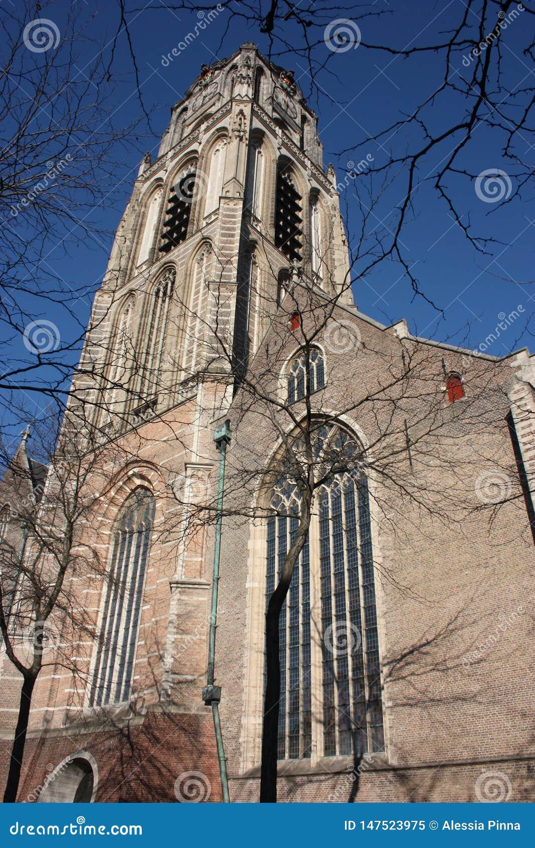 Opini?n sobre la iglesia de San Lorenzo en Rotterdam, la ciudad metropolitana holandesa en un d?a de primavera hermoso