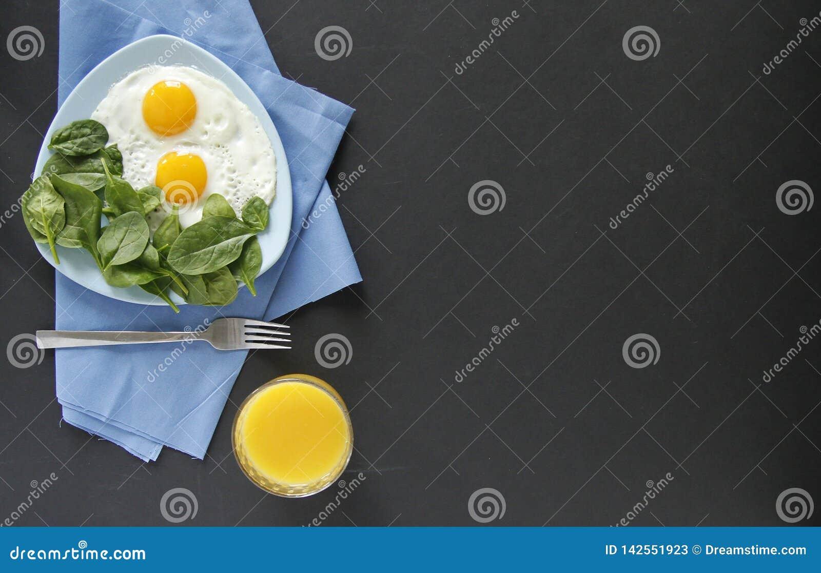 Opini?n superior del desayuno Fondo negro Huevos