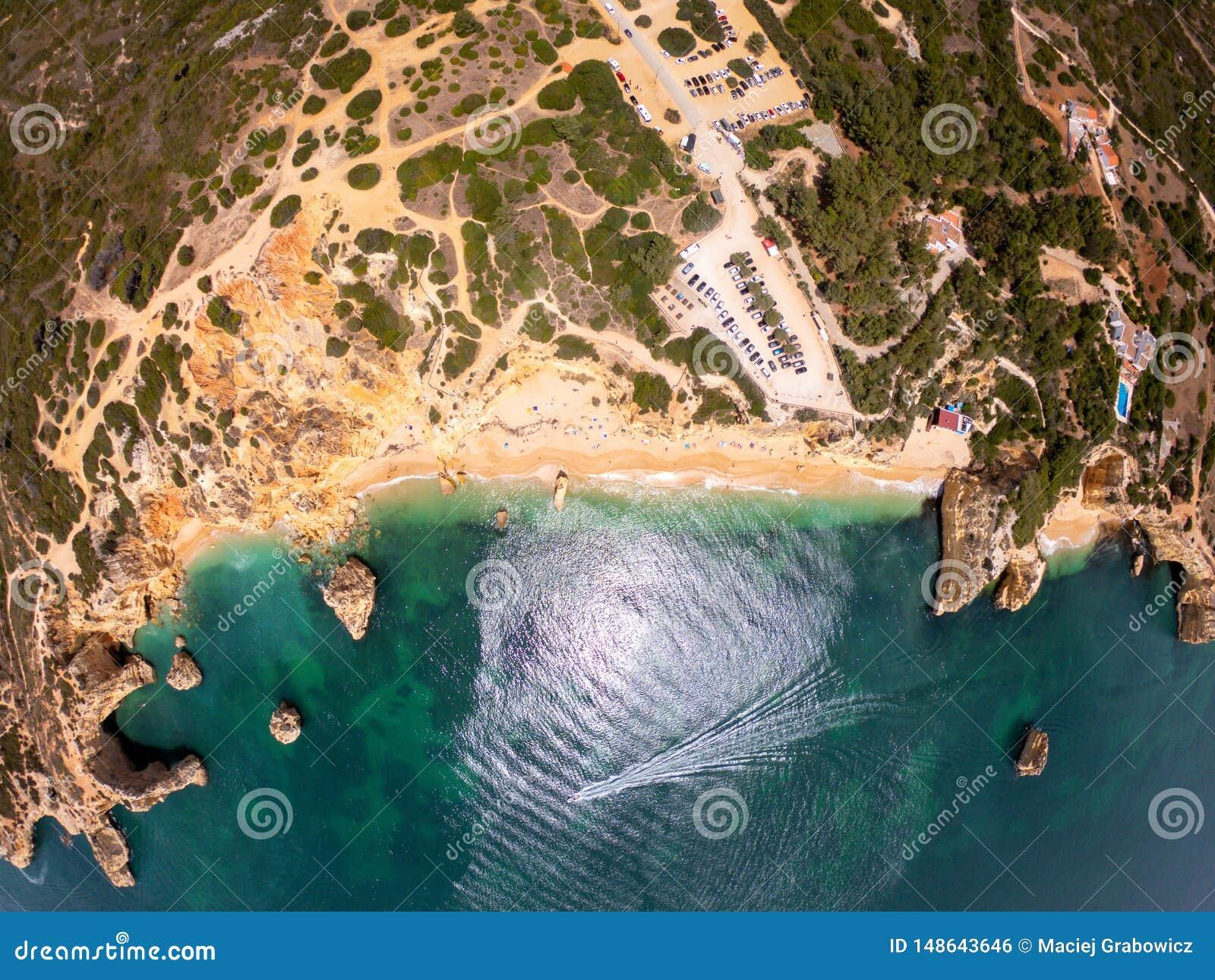 Opini?n superior sobre la costa de Oc?ano Atl?ntico, de la playa y de acantilados en Praia de Marinha, Algarve Portugal