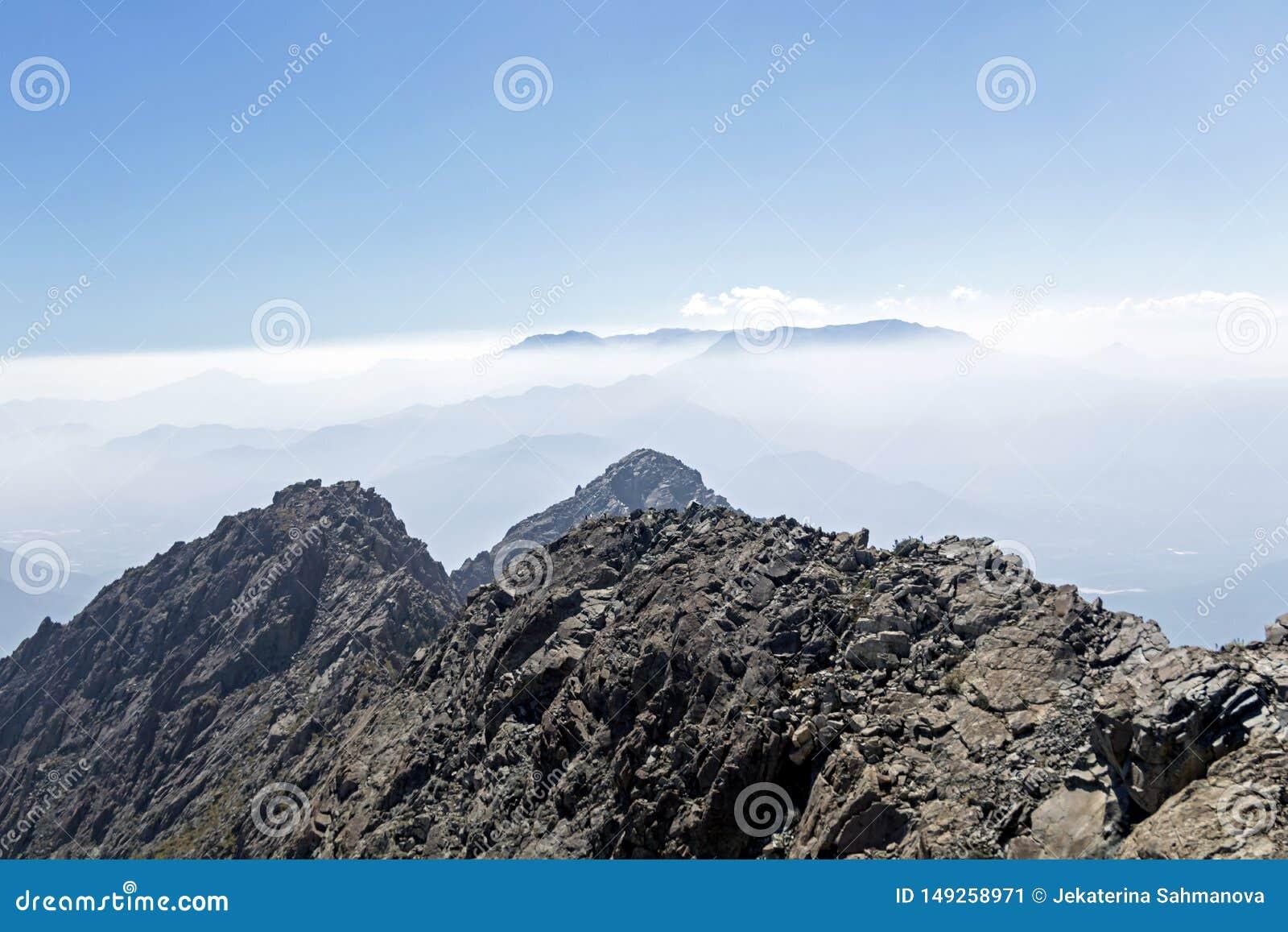 Opini?o da cimeira da montanha com paisagem de Andes e de Aconcagua no dia claro no parque de Campana National do La no Chile cen
