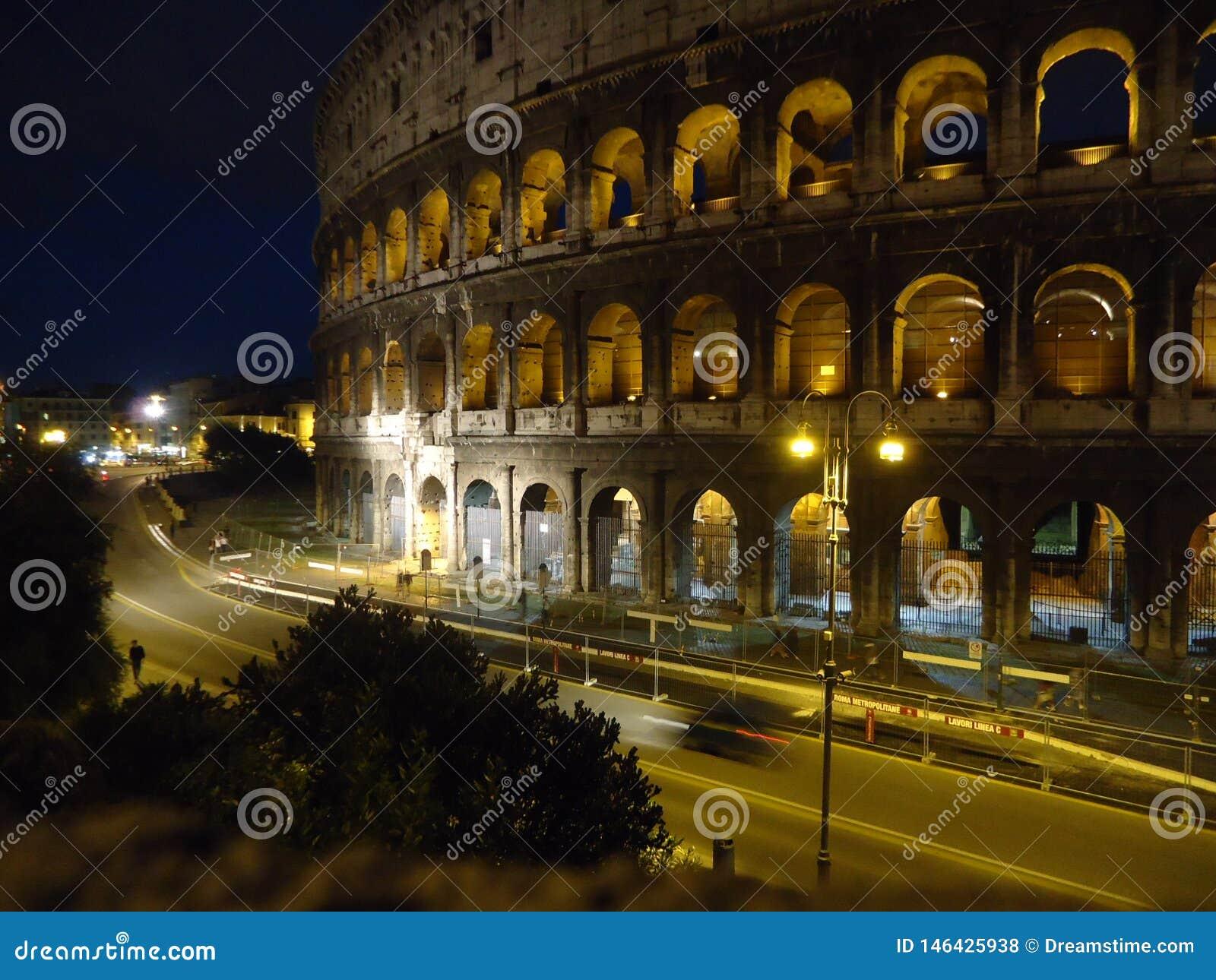 Opini?o da noite de Colosseum em Roma