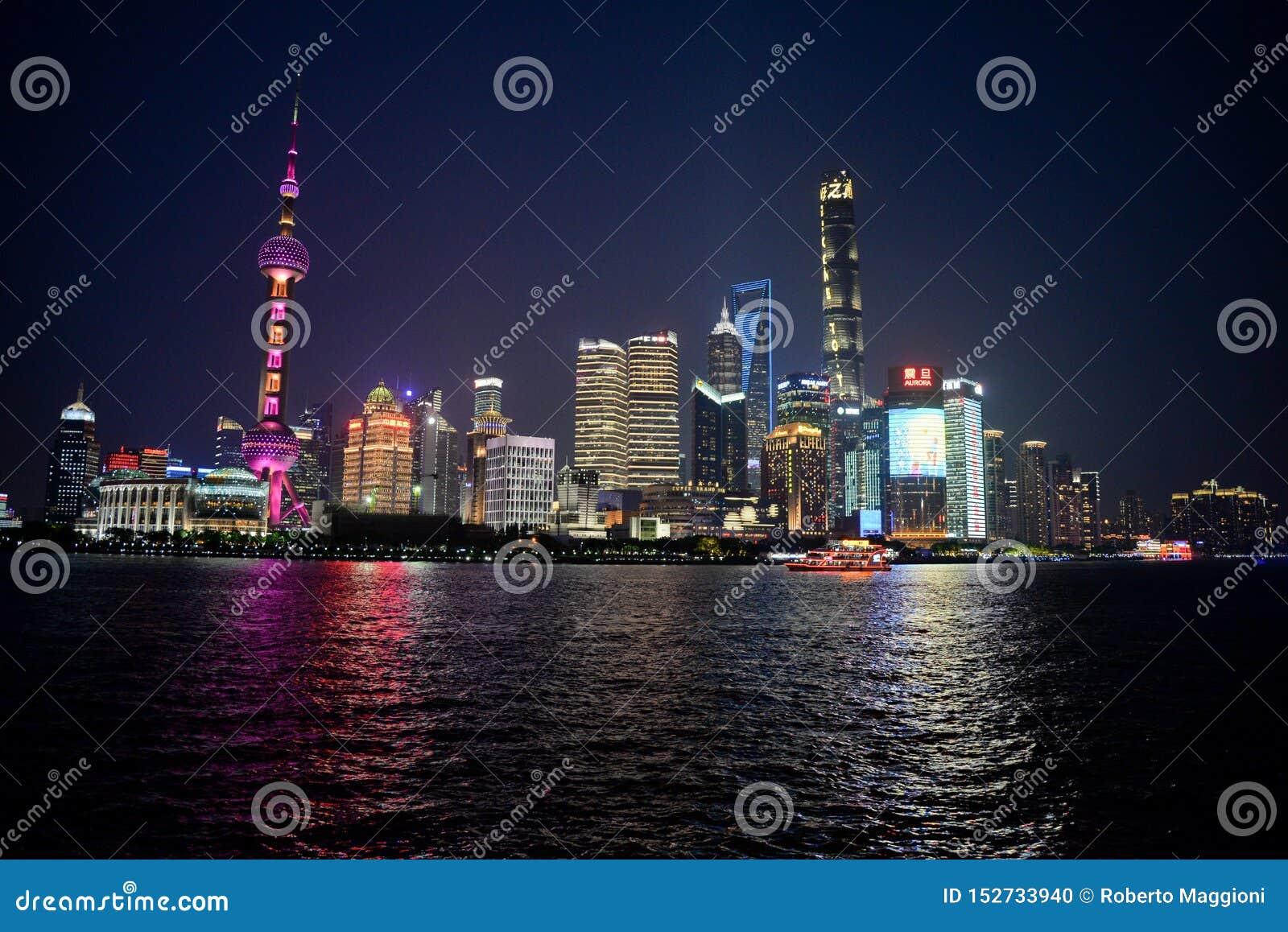Opini?o da noite de Shanghai Skyline de Pudong