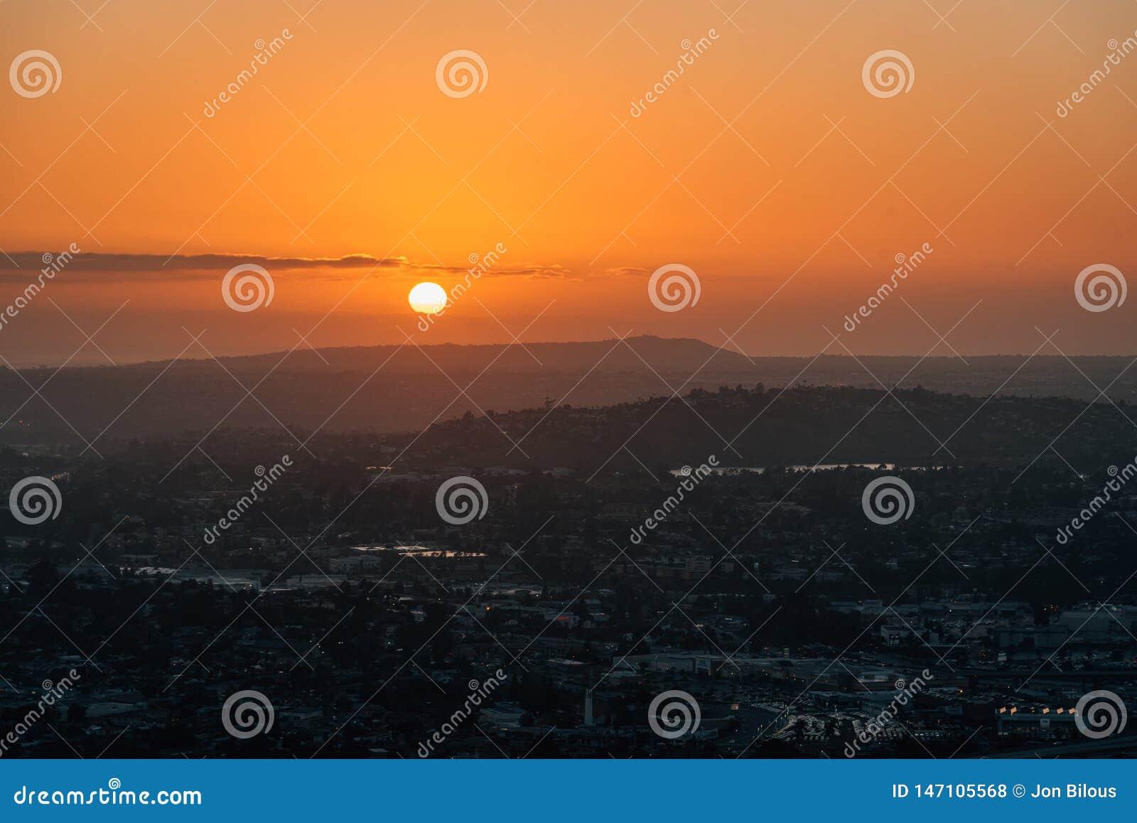 Opini?o do por do sol da h?lice da montagem, em La Mesa, perto de San Diego, Calif?rnia