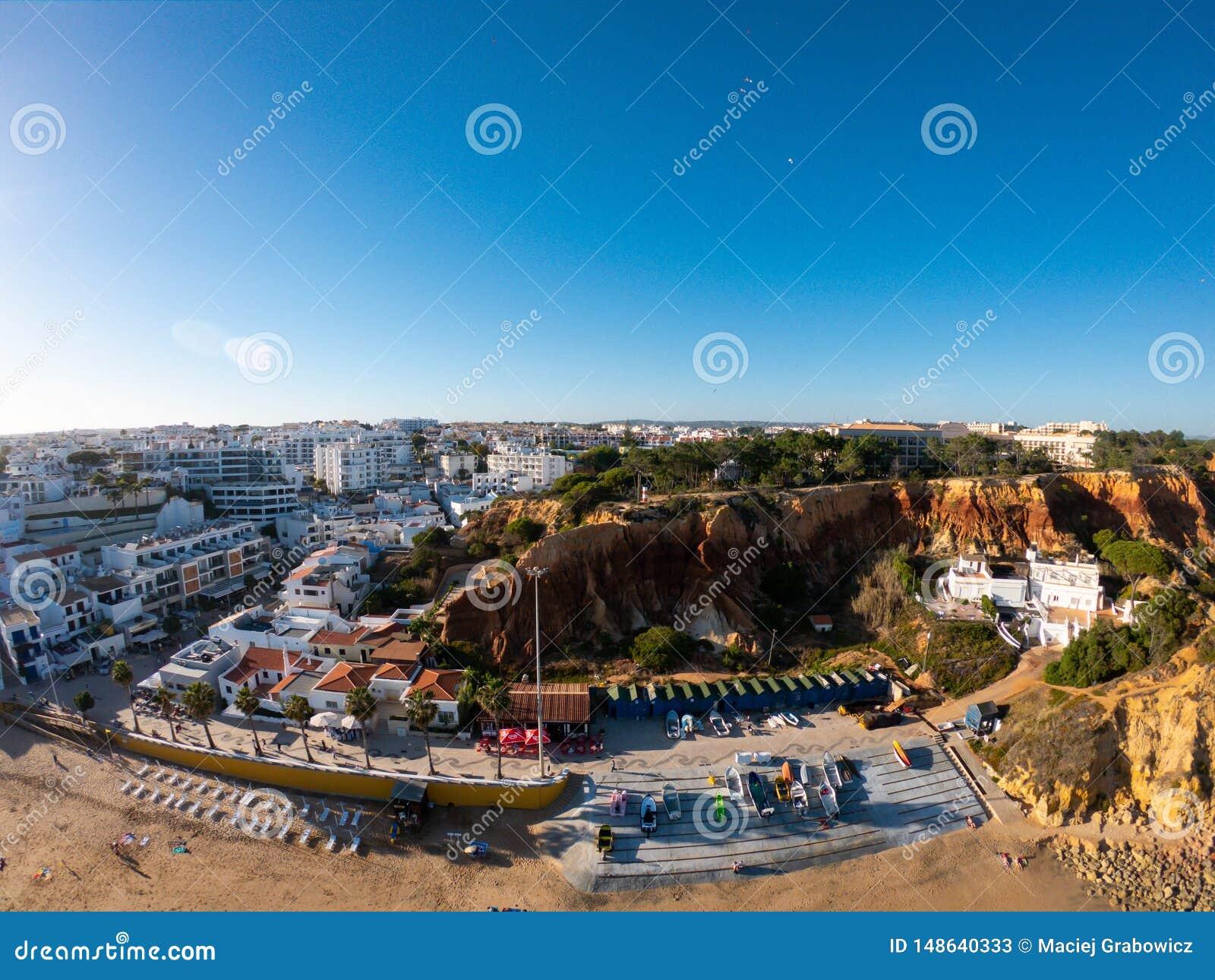 Opini?o a?rea do Algarve, Portugal na praia e na costa de Oceano Atl?ntico Zona dos hot?is em penhascos em Praia de Falesia Albuf