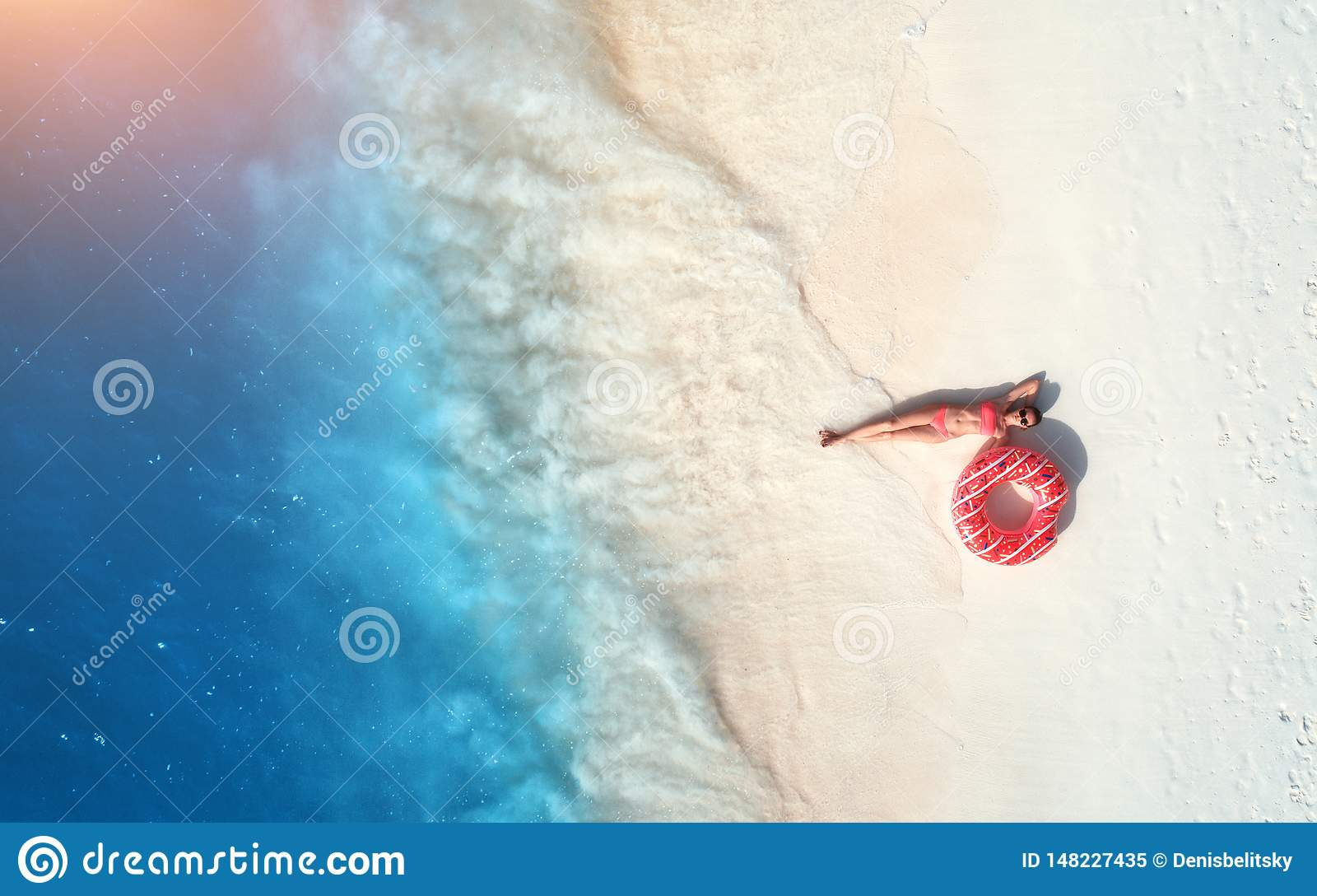 Opini?o a?rea a mulher com anel da nadada no Sandy Beach