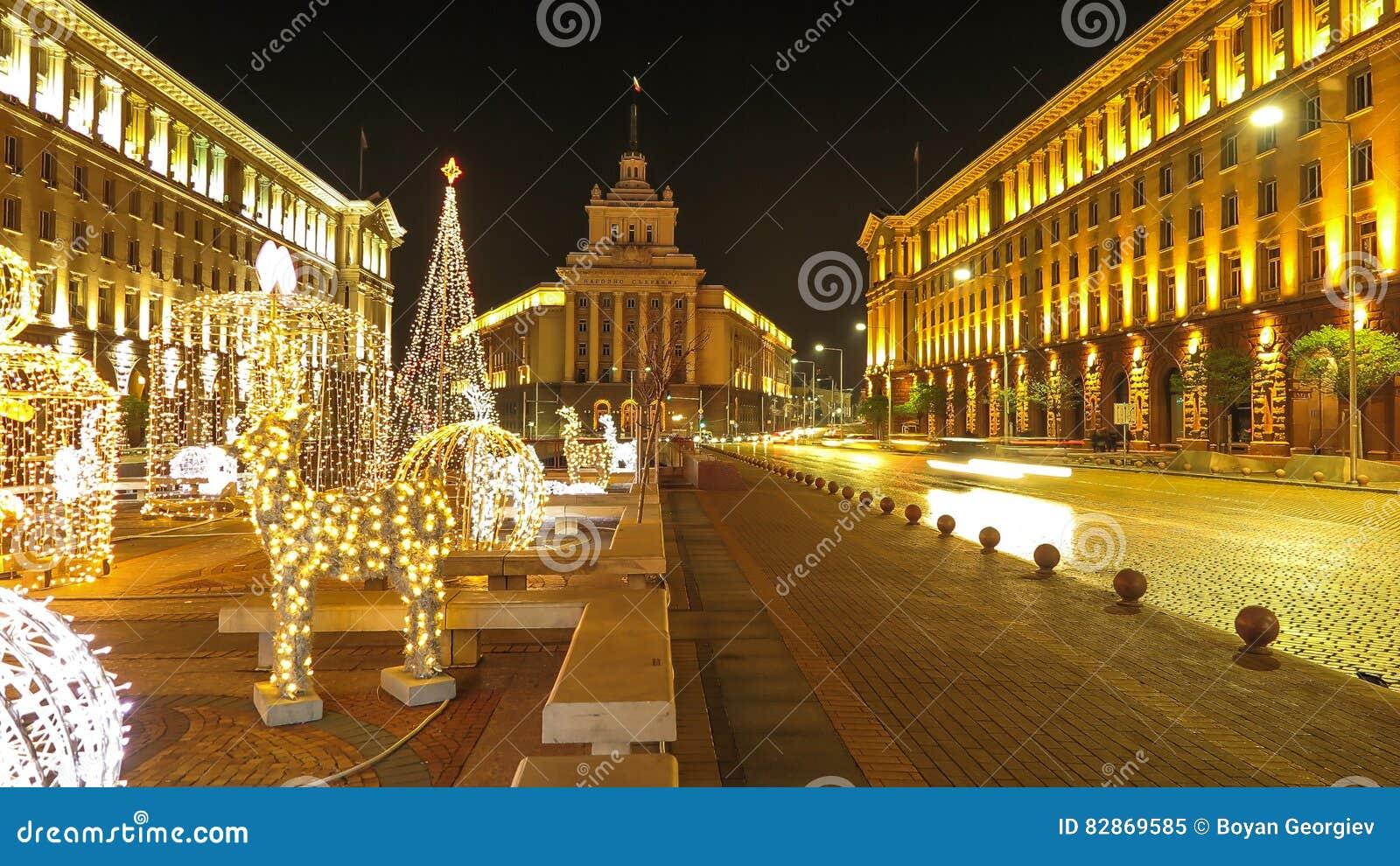 Opiniones de la noche de Sofía céntrica con las decoraciones de la Navidad bulgaria