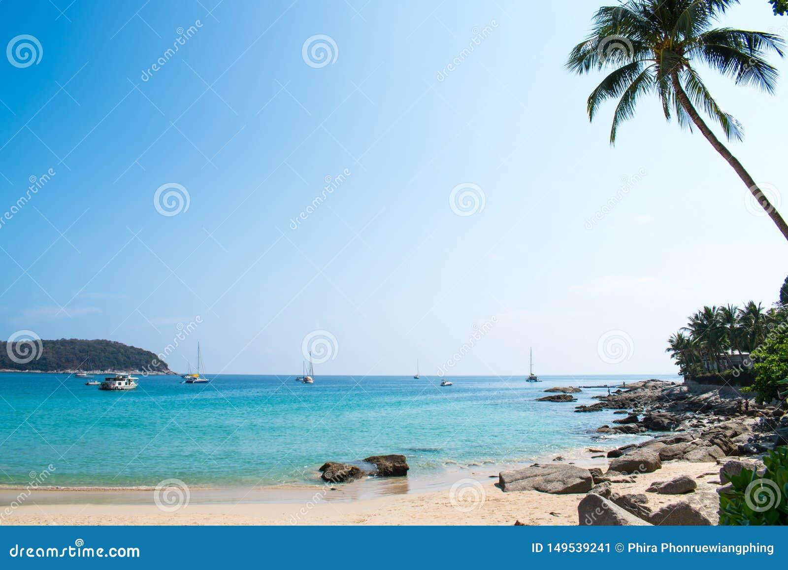 Opiniones hermosas de la playa del mar en Tailandia