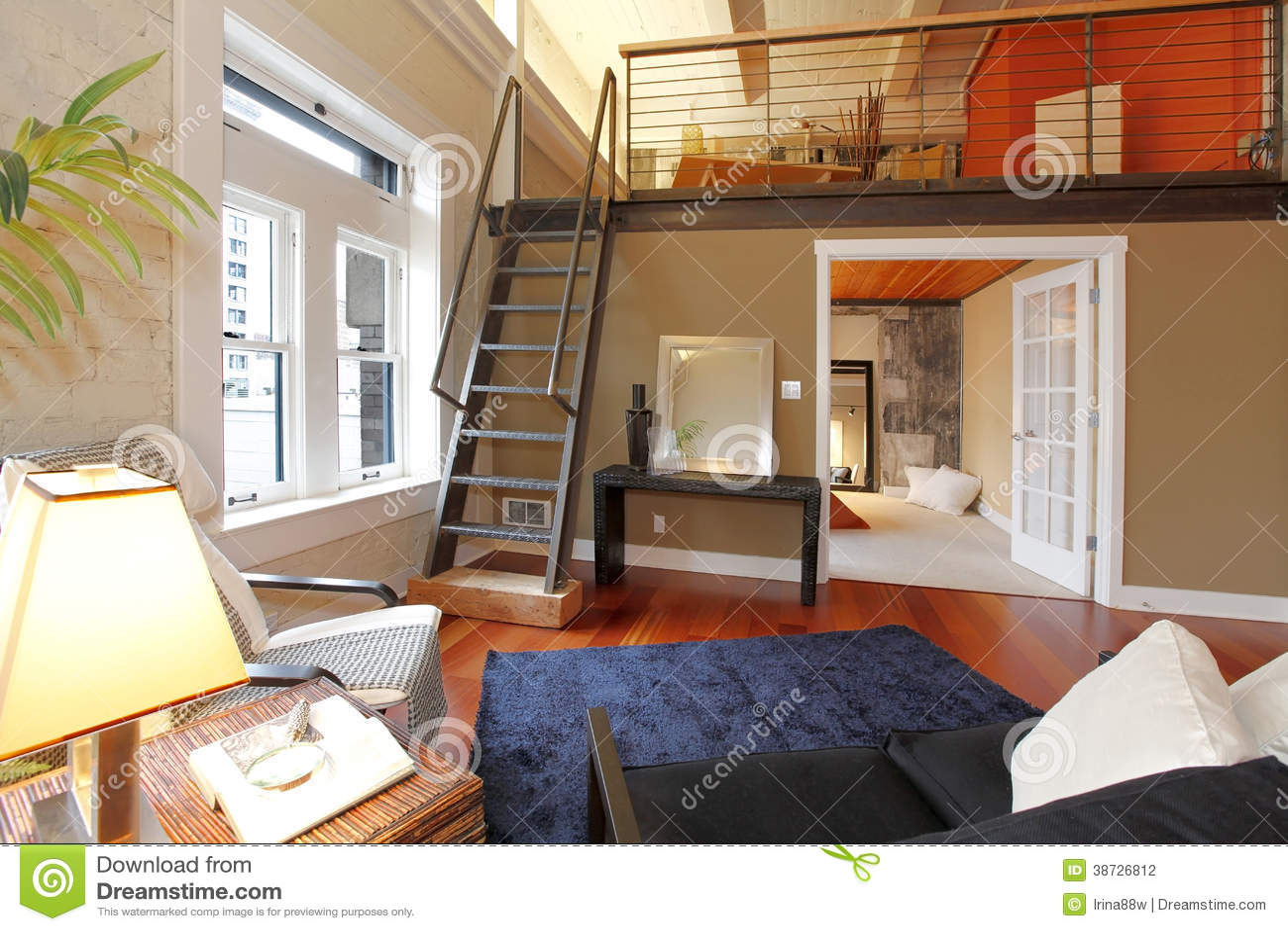 Opnieuw opgebouwde moderne woonkamer met mezzanine stock foto afbeelding 38726812 - Mezzanine woonkamer ...