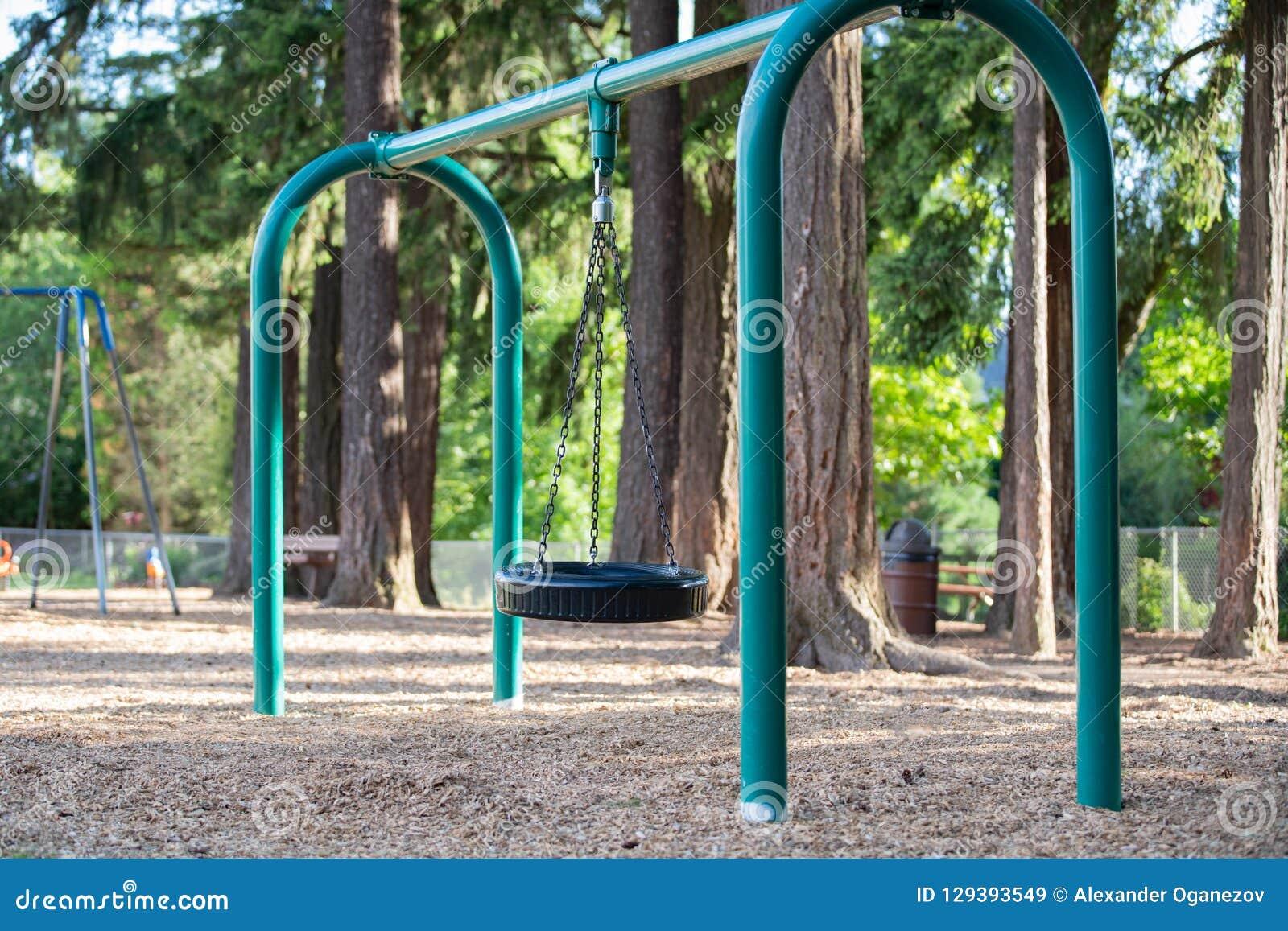 Opony huśtawka dla dzieciaków na boisku