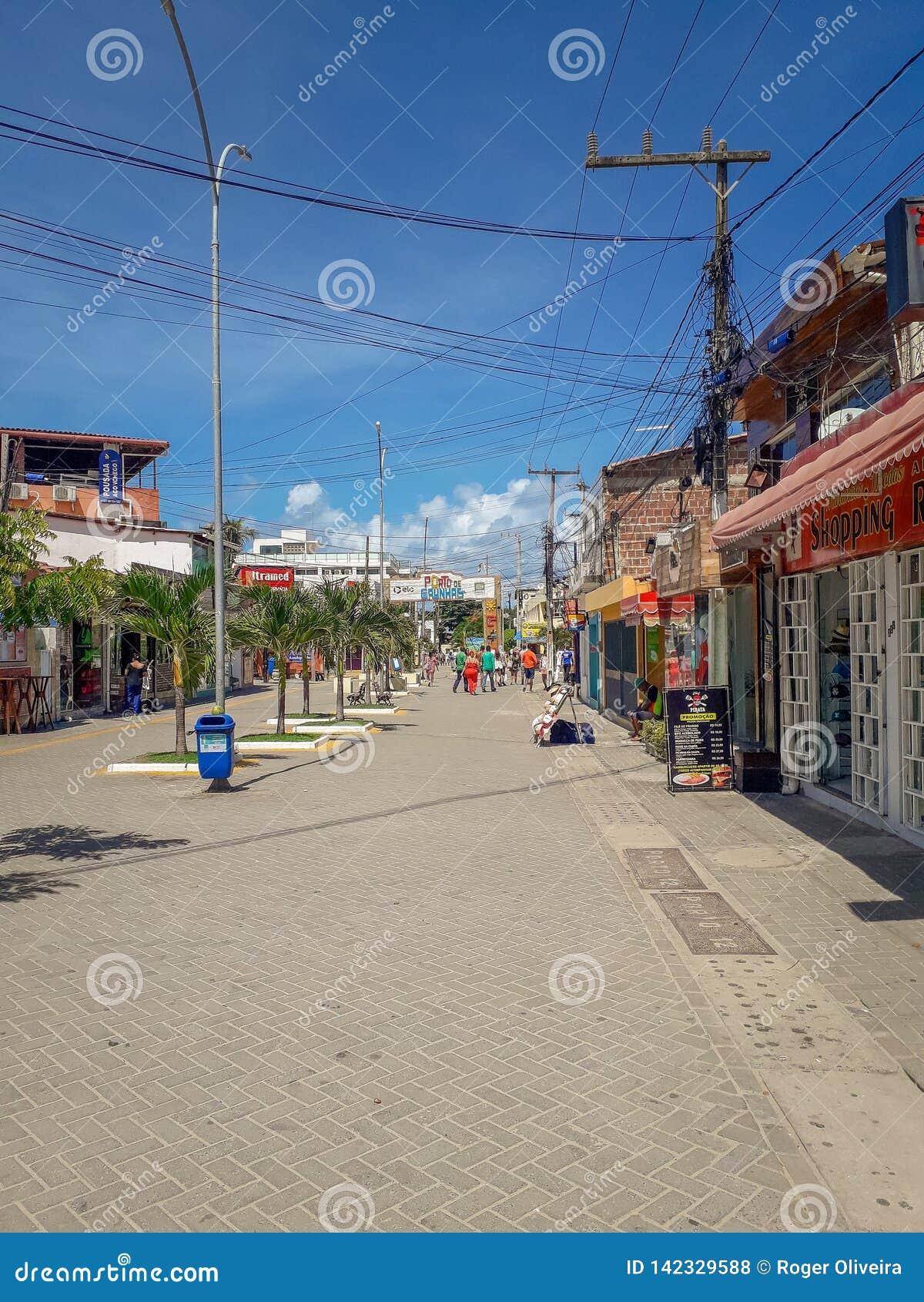 Oporto Galinhas, Pernambuco, el Brasil, marzo 16,2019: Gente el día soleado en la playa de Oporto Galinhas, gente que goza del so
