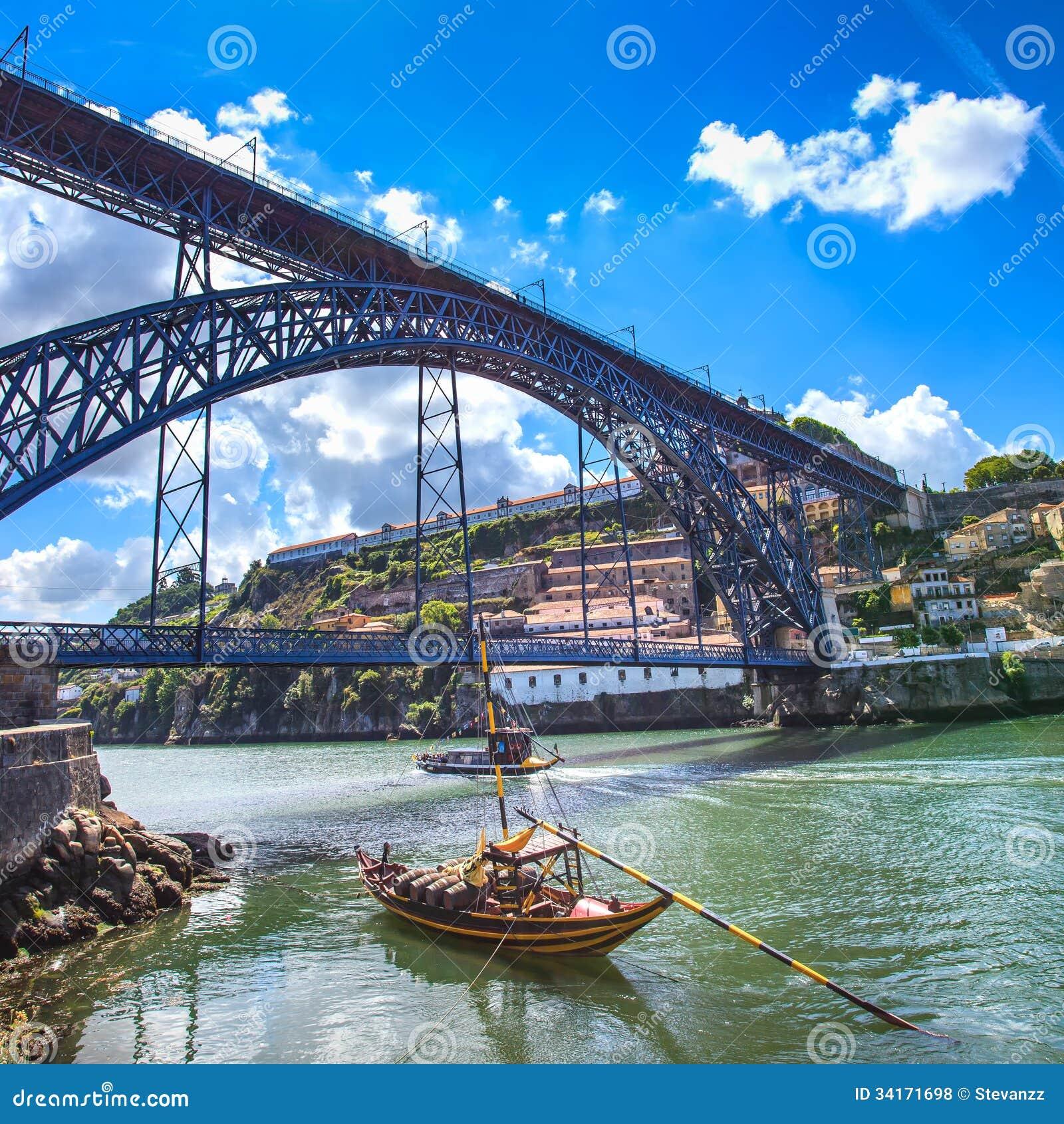 Oporto lub Porto linia horyzontu Douro rzeka, łodzie i żelazo most. Portugalia, Europa.