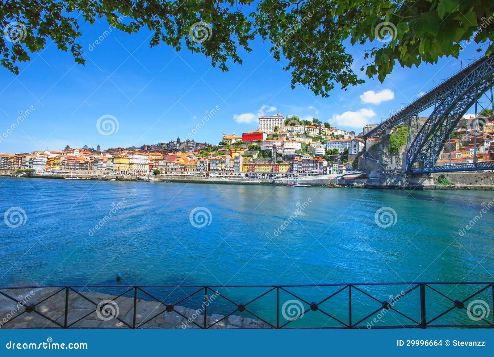 Oporto lub Porto linia horyzontu Douro rzeka i żelazo most. Portugalia, Europa.